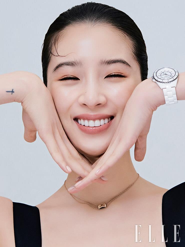 단방향 회전 방식의 스틸 베젤에서 세라믹 브레이슬렛으로 이어지는 완벽한 측면 실루엣이 돋보이는 J12 워치, 베이지골드 코코 크러쉬 네크리스는 모두 Chanel Watches & Fine Jewelry.