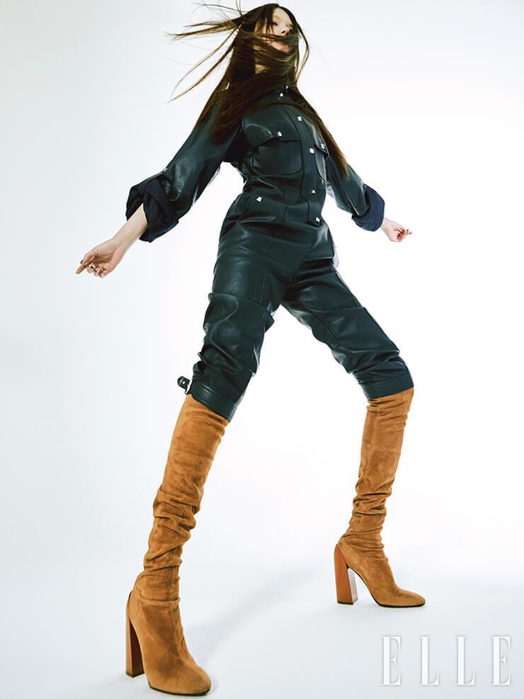 상반된 소재의 조합으로 색다른 부츠 스타일링에 도전해도 좋다. 레더 점프수트와 입체적인 굽 장식의 롱부츠는 가격 미정, 모두 Hermès.