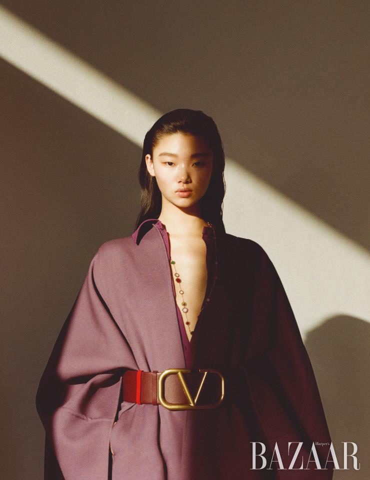 셔츠 드레스, 케이프, 와이드 벨트는 모두 Valentino. 로즈 골드에 마더오브펄, 커닐리언, 말라카이트 등이 세팅된 목걸이는 1천7백만원대 Bvlgari.