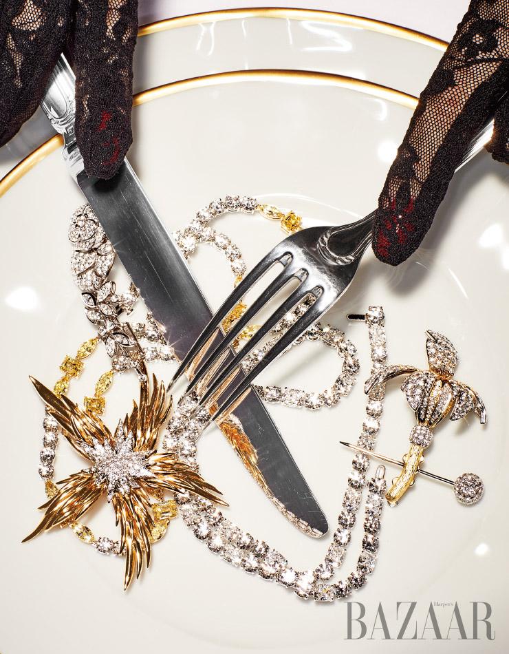 (왼쪽 위부터) 까멜리아 모티프 헤어 핀은 Chanel Fine Jewelry. 화이트 다이아몬드와 옐로 다이아몬드가 어우러진 목걸이, 불꽃 모티프 브로치는 모두 Tiffany & Co.. 난초 모티프 브로치는 Tiffany & Co. by Jean Schlumberger. 장갑은 Gucci.