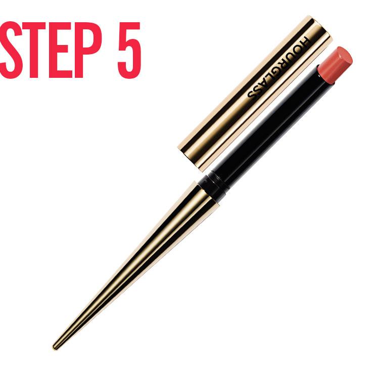 STEP 5 → 멀티 밤을 눈두덩 중앙과 톡 튀어나온 광대뼈 부위, 턱 끝에 덧발라 촉촉한 질감을 표현한다. 얼굴 전체가 한층 투명해 보이는 효과가 있다!