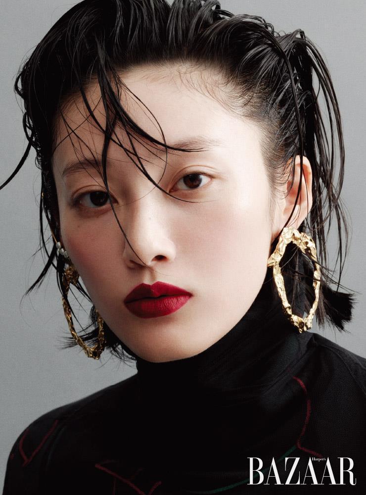 귀고리는 85만원 Chloe. 오른쪽 귀에 착용한 커프는 41만5천원 Dior. 터틀넥 톱은 55만원 Y/Project by Mue.