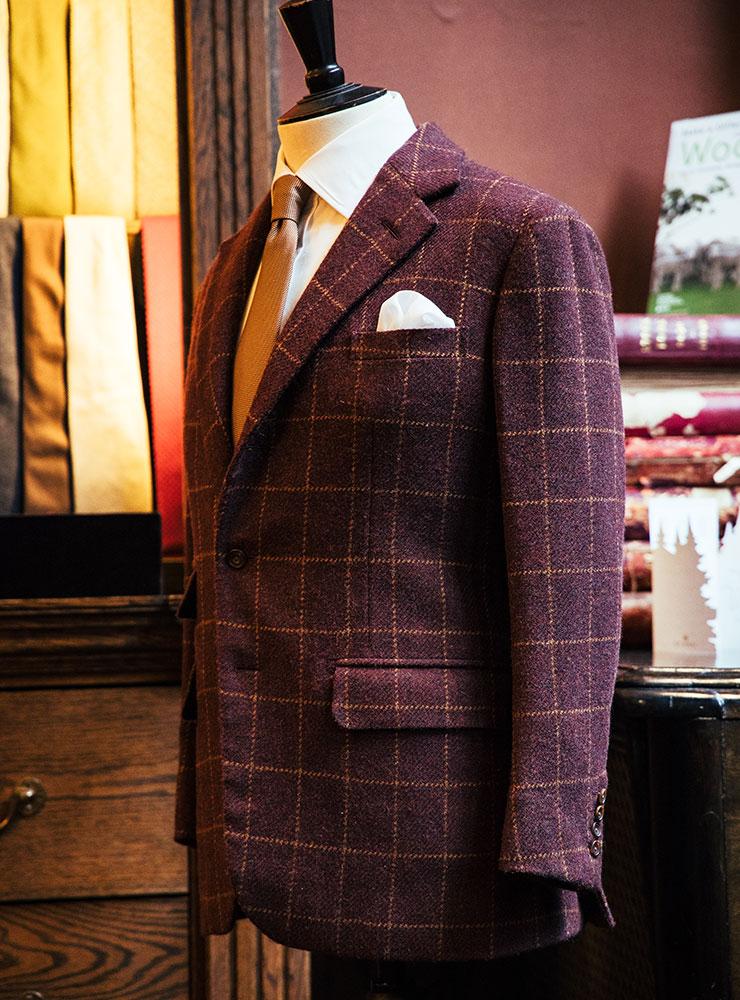 영국 찰스 왕세자의 옷을 만드는 앤더슨 앤 셰퍼드 숍 풍경. 정통 브리티시 슈트 스타일을 보여준다.