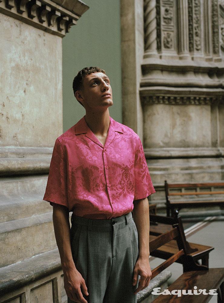 핑크 실크 반소매 셔츠 가격 미정, 그레이 울 팬츠 820파운드 모두 베르사체.