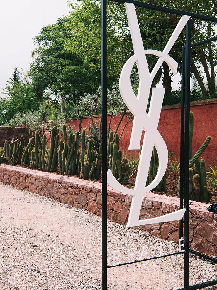 우리카 정원 입구를 장식한 YSL 카산드라 로고.