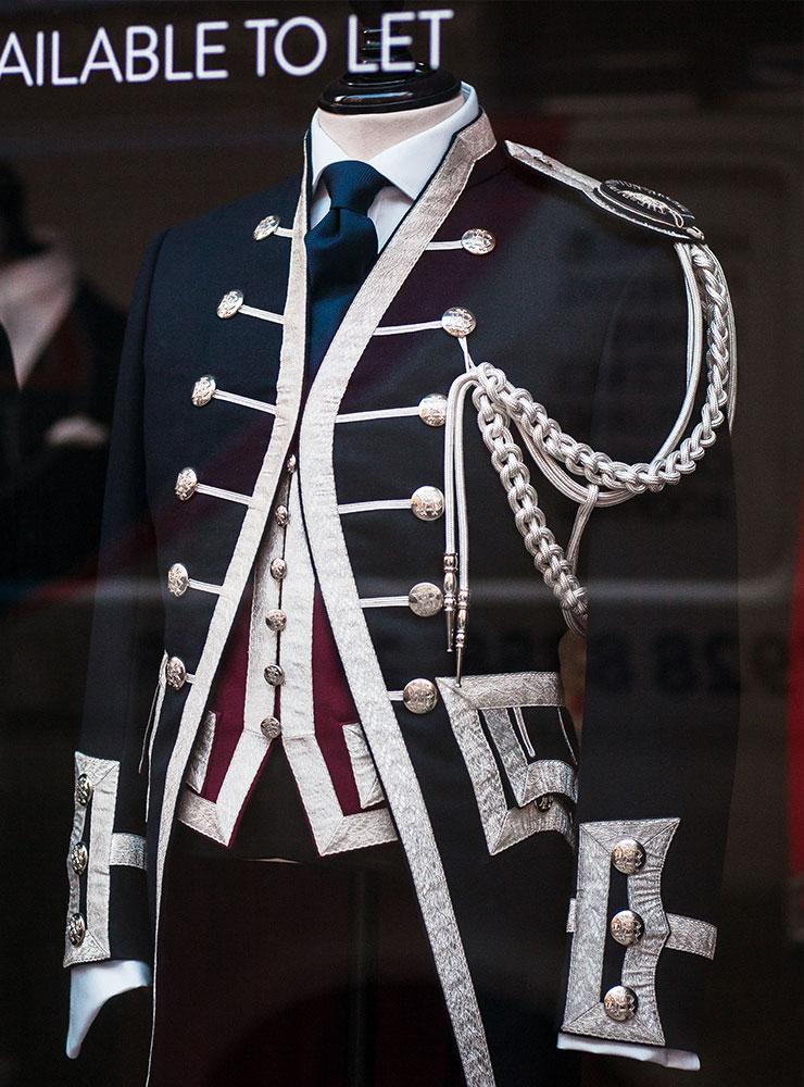 브리티시 슈트의 많은 부분은 군복에서 기인했다.