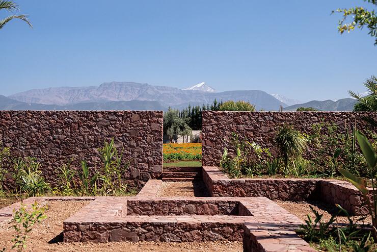 붉은 땅과 벽돌, 초록 식물, 푸른 하늘, 만년설의 흰색까지. 우리카 정원 입구에서 마주한 마라케시의 네 가지 색.
