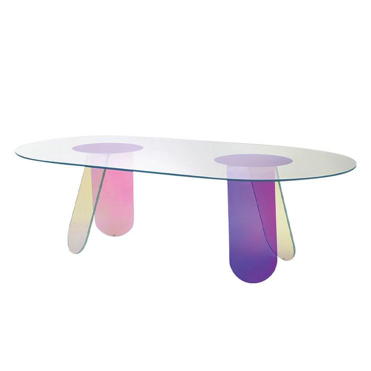 글라스 이탈리아의 시머 커피 테이블 유리로 만든 원형 테이블이다. 빛이 투과되며 매번 다른 컬러를 반사해 집 안 분위기를 살려준다. 유니크한 디자인이 포인트로, 이 테이블 하나면 홈 카페 분위기를 연출할 수 있다. 4백77만원.