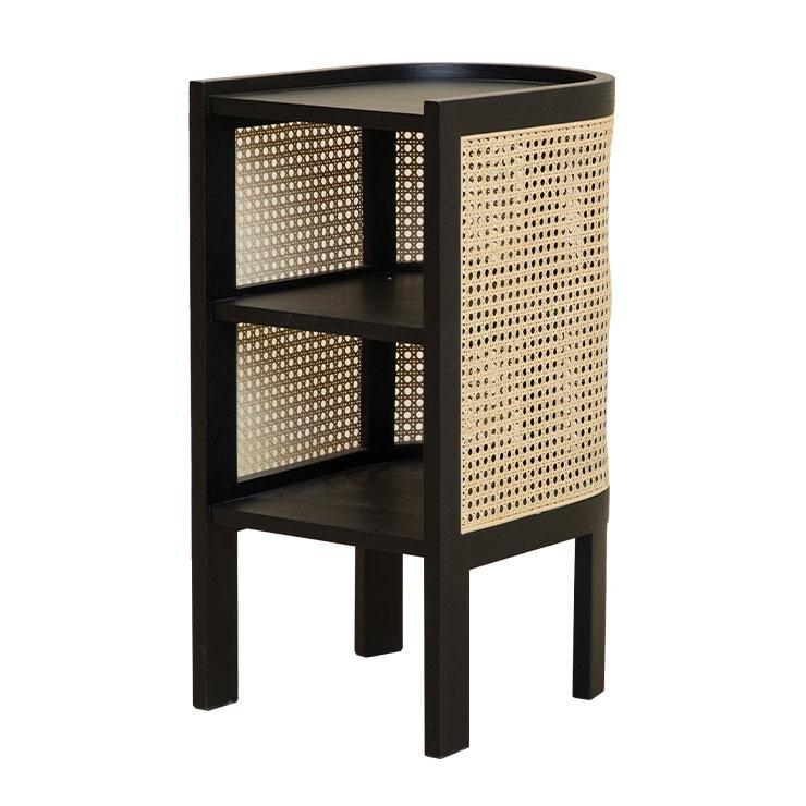 케인 컬렉션의 나이트 테이블 작은 크기에 비해 상대적으로 수납공간이 많아 1인 가구에 제격이며, 포인트 가구 역할을 톡톡히 해주는 제품이다. 60만원.