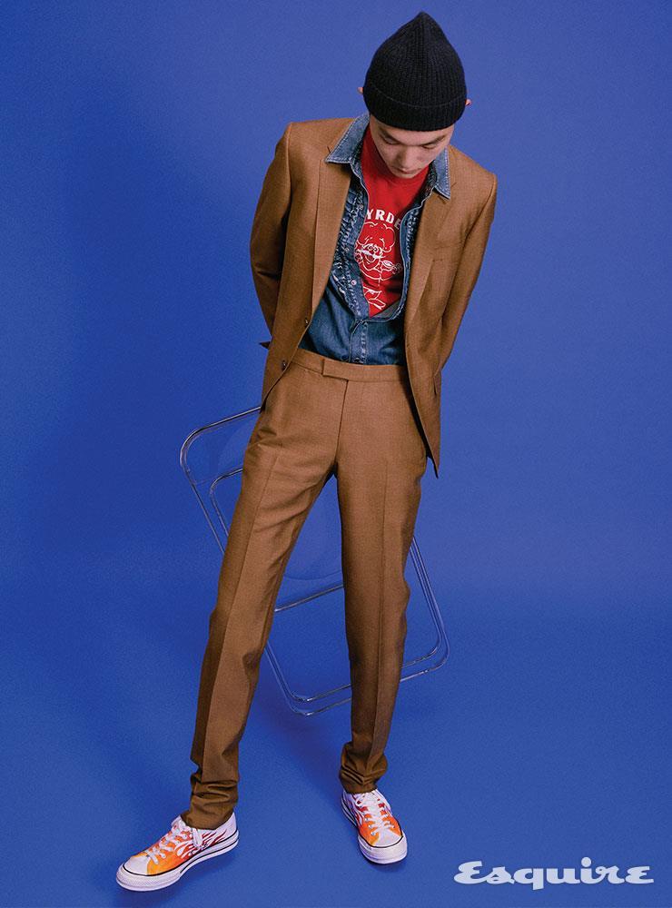 브라운 슈트 476만원 에르메네질도 제냐. 데님 셔츠 가격 미정 생 로랑 by 안토니 바카렐로. 티셔츠 에디터 소장품. 스니커즈 8만9000원 컨버스. 비니 3만9900원 H&M.