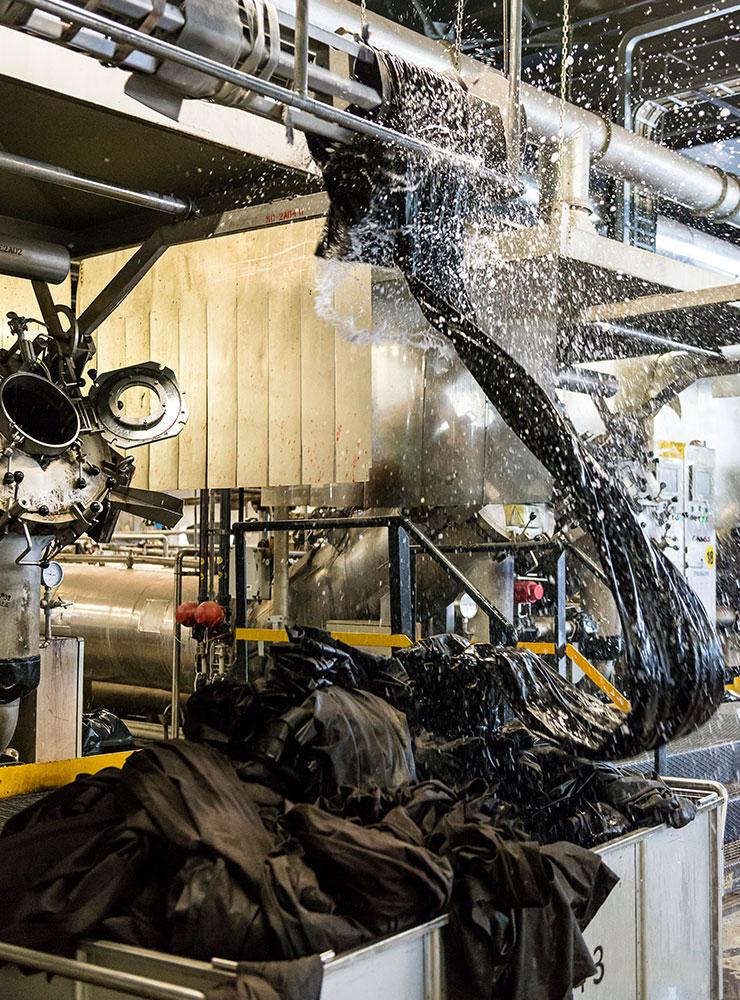 테르니의 알칸타라 생산 공장.