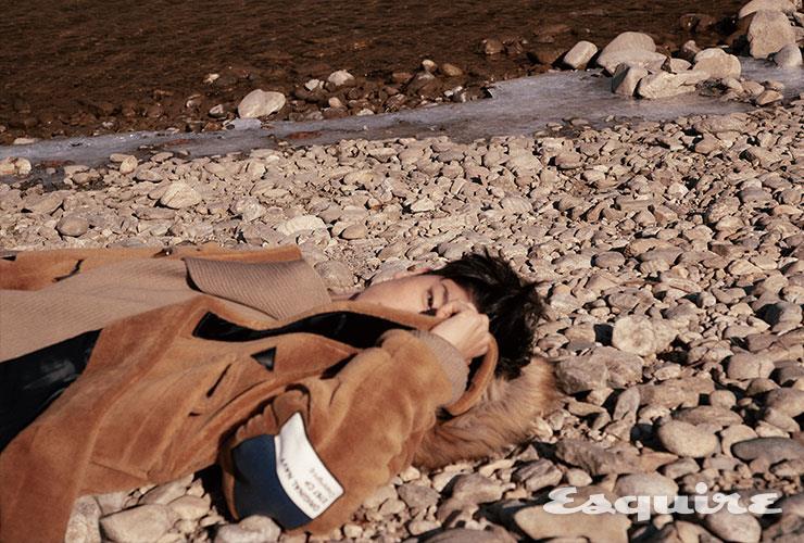 더플코트 73만8000원 네이비  by 비욘드 클로젯. 스웨터 가격 미정 보테가 베네타.