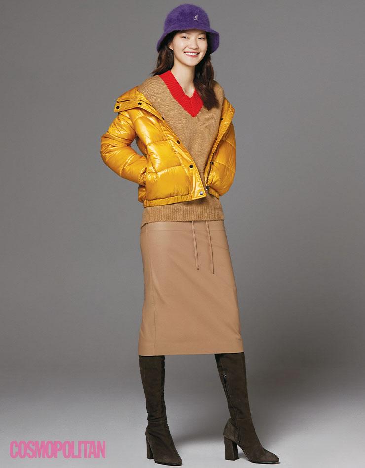 버킷 해트 가격미정 캉골. 패딩 점퍼 33만9천원 DKNY. 스웨터 가격미정 8 by YOOX. 스커트 85만9천원 이로. 사이하이 부츠 32만8천원 레이첼콕스. → 앙고라 소재의 버킷 해트는 룩에 따뜻한 터치를 더한다.