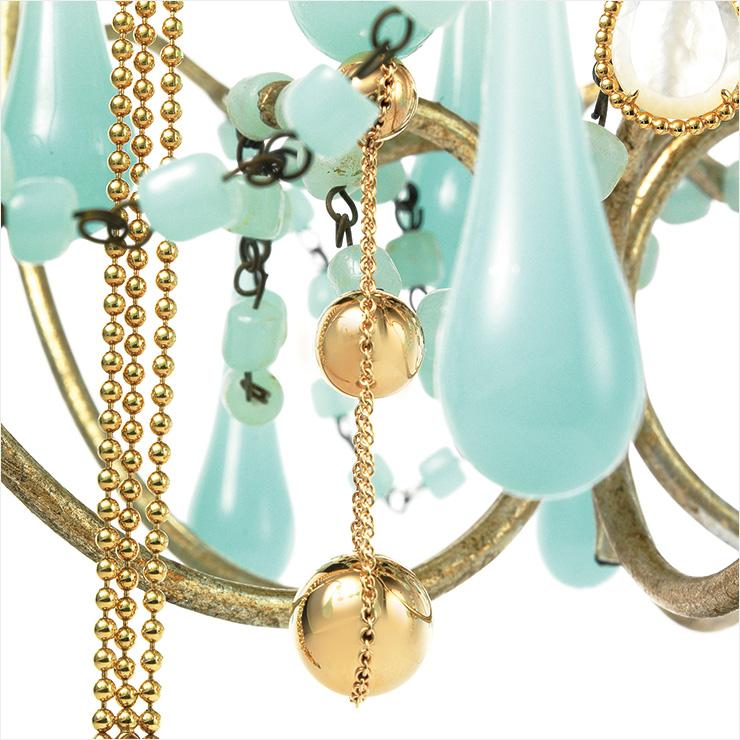 체인을 감싼 볼 장식이 리드미컬하게 춤추는 로즈골드 드롭 이어링은 가격 미정, Tiffany & Co.