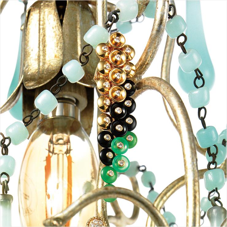 탱글탱글한 포도송이가 떠오르는 다이아몬드 세팅의 드롭 이어링은 3천3백만원대, Van Cleef & Arpels.