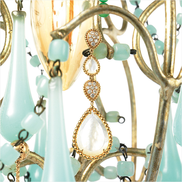 뱀의 머리에서 영감을 얻은 32개 다이아몬드 세팅의 옐로골드 이어링은 2천만원대, Boucheron.