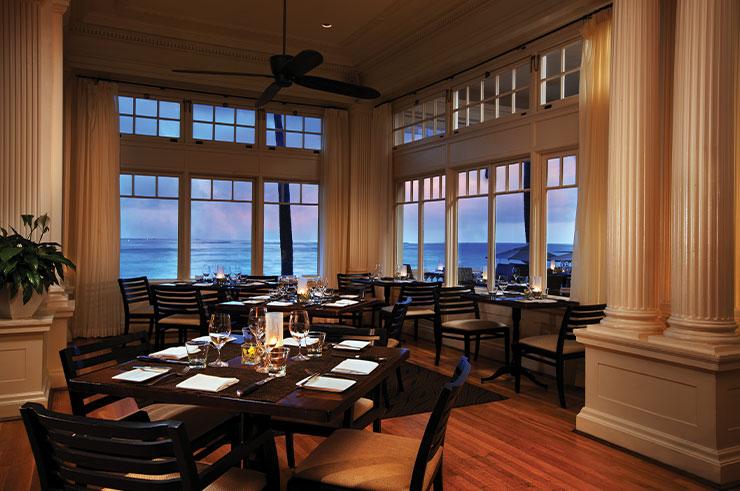 비치하우스 앳 더 모아나에서는 노을 지는 와이키키 해변을 바라보며 식사를 즐길 수 있다.