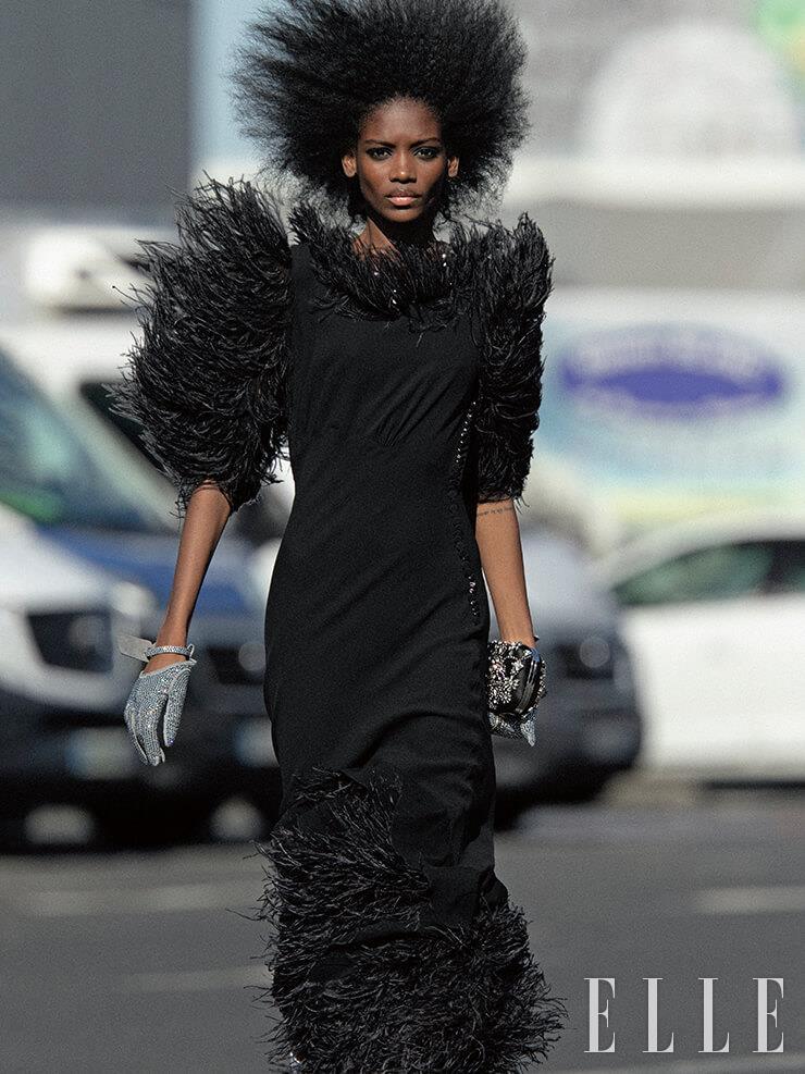깃털을 더한 블랙 드레스는 7075파운드, Michael Kors Collection. 주얼 장식의 장갑은 1196파운드, Off-White™. 이브닝 클러치백은 2990파운드, Alexander McQueen.