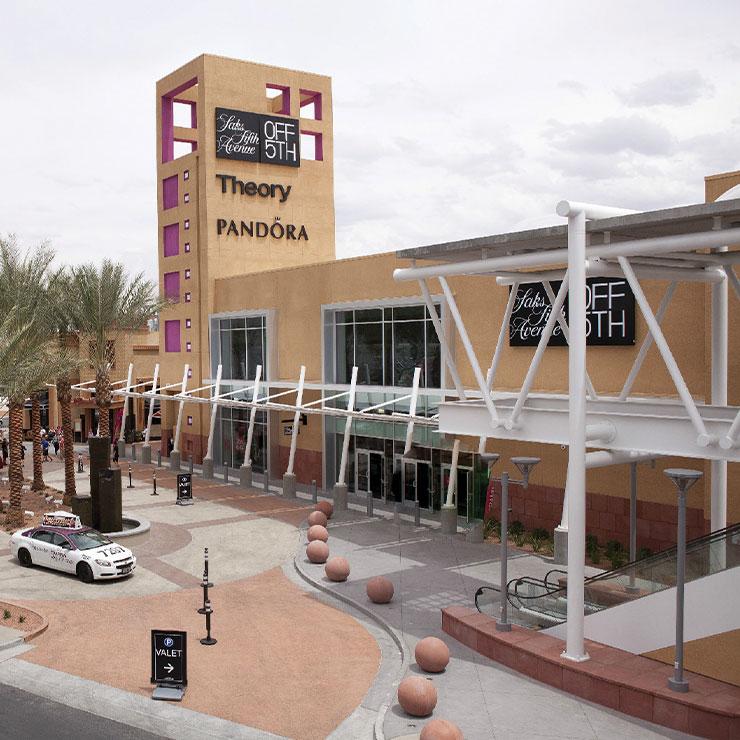 Las Vegas North Premium Outlets → 제품을 살 때마다 하나씩 안내 데스크에 맡기면, 한꺼번에 모아 호텔로 배송해주는 '드롭 잇(Drop it)' 서비스를 제공하고 있다. 입점 브랜드는 버버리, 올리버 피플스, 토리버치, 돌체앤가바나 등.