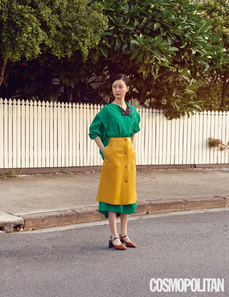 드레스 98만원, 가죽 스커트 92만원 모두 코치. 스트랩 슈즈 스타일리스트 소장품.