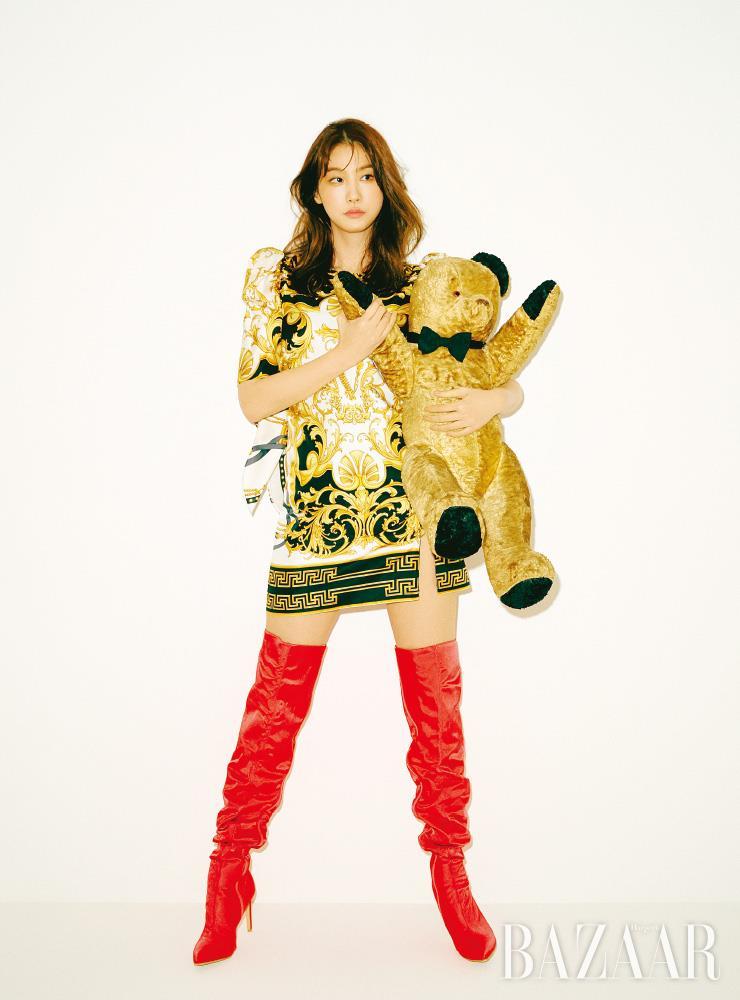 드레스는 Versace. 사이하이 부츠는 Lang & Lu.