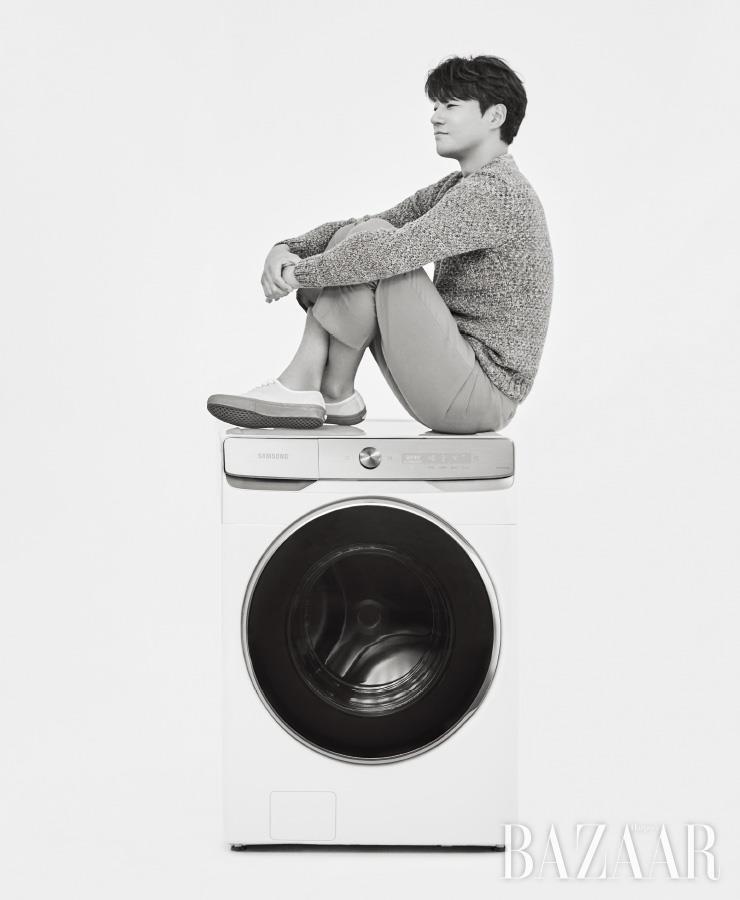 세탁과 건조를 하나의 솔루션으로, 두 완벽함이 하나가 된 삼성 그랑데AI. 삼성 그랑데 세탁기AI는 1백59만9천~1백94만9천원(21~23kg). 이천희가 입은 니트는 Barena by Beaker. 팬츠는 Marni. 스니커즈는 Vans.