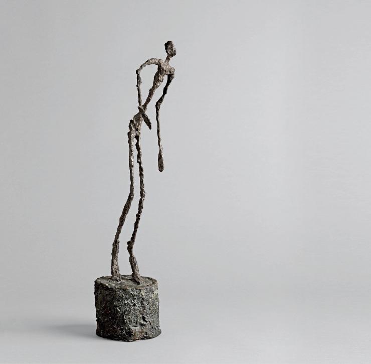 〈Homme Qui Chavire(쓰러지는 남자)〉, 1950, Patinated bronze, Alexis Rudier Foundry (cast of 1951, ed. 5/6), 59.1x26.5x27.5cm, Exhibition view at Fondation Louis Vuitton, Paris (2018). 루이 비통 재단 미술관 컬렉션 / Courtesy of the Fondation Louis Vuitton © Succession Alberto Giacometti (Fondation Alberto et Annette Giacometti, Paris) © Adagp, Paris 2019 Photo credits: © Fondation Louis Vuitton/Marc Domage.
