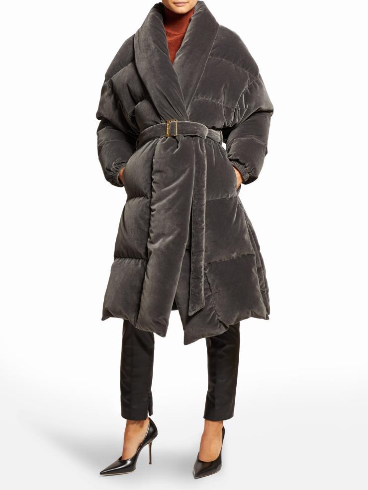 벨트로 우아한 실루엣을 완성할 수 있는 가운 스타일의 벨벳 코트는 1백60만원대, Alexandre Vauthier by Matchesfashion.com
