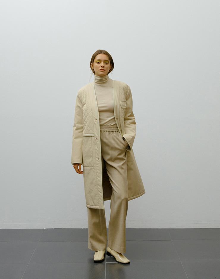 군더더기 없이 깔끔한 디자인의 아이보리 컬러의 퀼팅 코트는 54만2천원, Ellipsis.