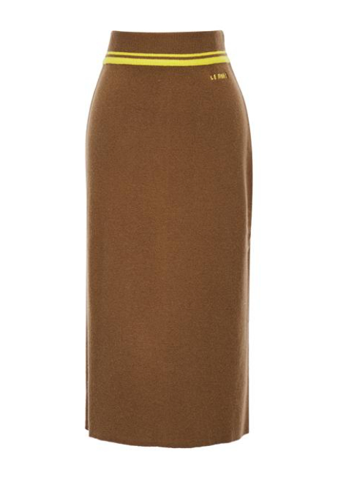 레몬 스트라이프 배색이 스포티한 무드를 전하는 슬림한 니트 스커트는 16만9천원, Hazzys Ladies.