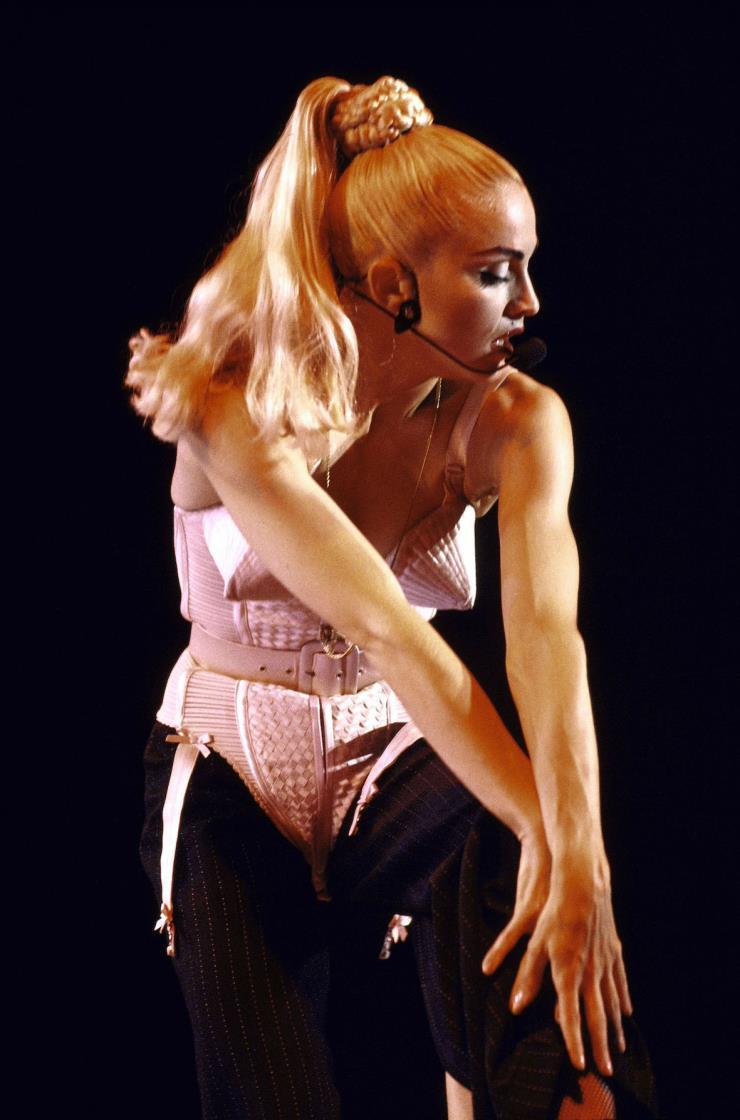 'Blonde Ambition' 월드 투어에서 장 폴 고티에의 콘 브라 코르셋을 입은 마돈나.1990년.