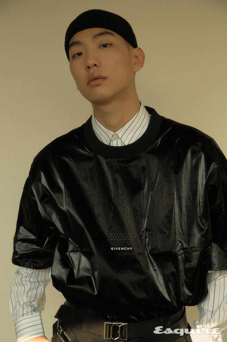 메탈릭한 티셔츠 97만5000원, 스트라이프 셔츠 81만원, 팬츠, 벨트 모두 가격 미정 지방시. 비니 38만원 구찌.