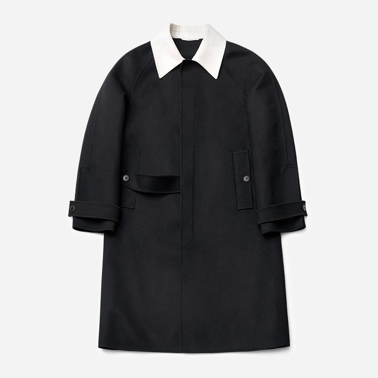 화이트 칼라로 색대비를 준 블랙 싱글브레스트 코트 440만원 발렌티노.