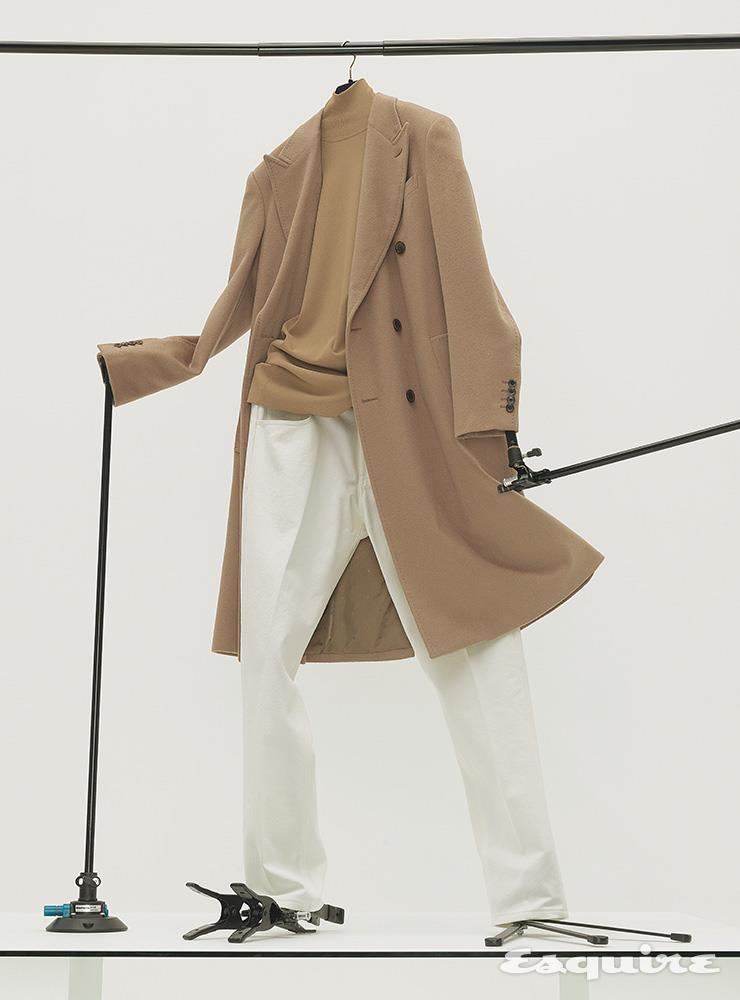 캐멀 컬러 더블브레스트 코트 가격 미정 루이 비통. 캐멀 컬러 니트 톱 가격 미정 보테가 베네타. 화이트 팬츠 149만원 에르메네질도 제냐.