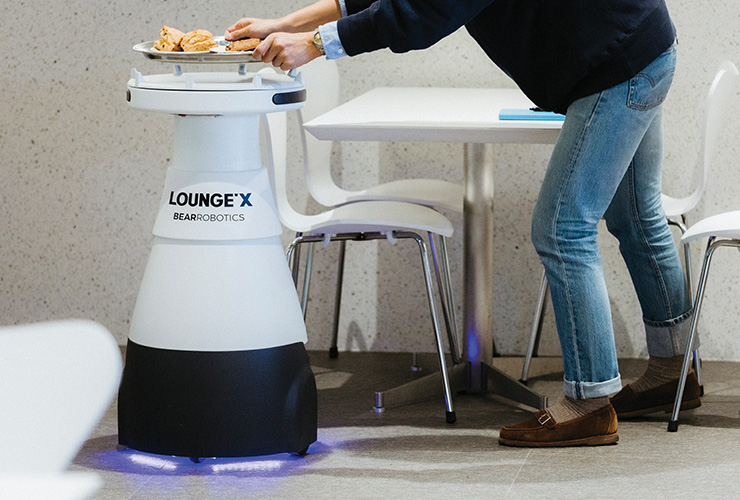 빵을 나르는 로봇.
