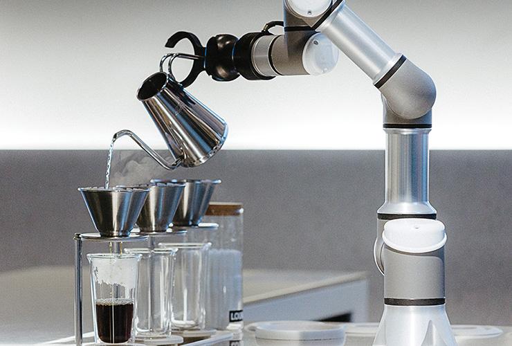 바리스타 로봇은 주문을 받으면 컵에 커피 가루가 들어 있는 커피 드리퍼를 올리고 주전자를 집은 후 미리 프로그래밍된 알고리즘에 따라 커피를 내린다.