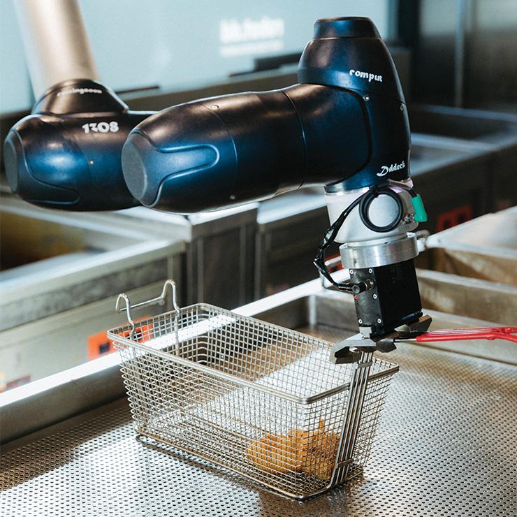 닭이 담긴 바구니를 기름에 넣어 튀기는 역할을 하는 디떽의 치킨 로봇.