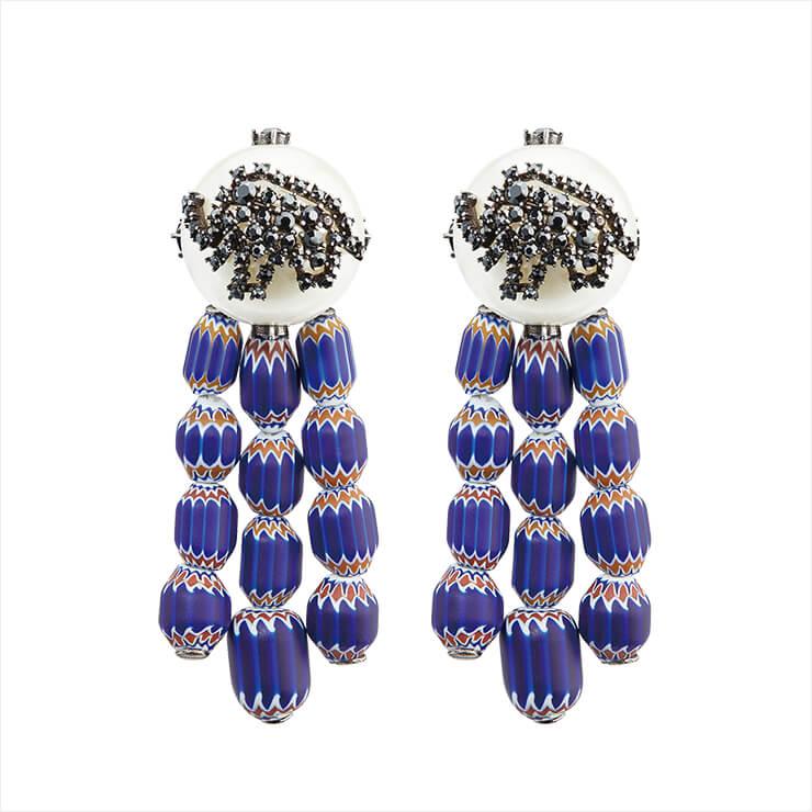 블루 스톤과 인조 진주가 조화로운 이어링은 가격 미정, Dior.