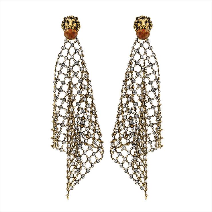 사자 모티프와 그물 디자인이 유니크한 이어링은 가격 미정, Gucci.