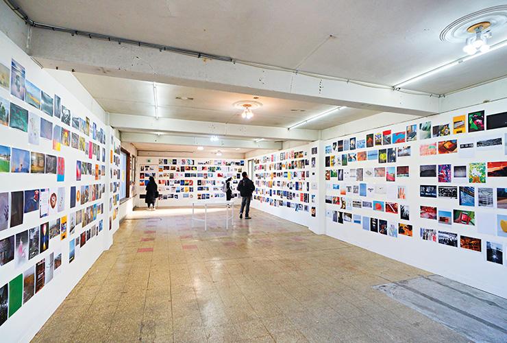 전시실 모습. '레넌 벽(Lennon Wall)'을 콘셉트로, 이미지로 벽을 채우는 큐레이션을 선보였다.