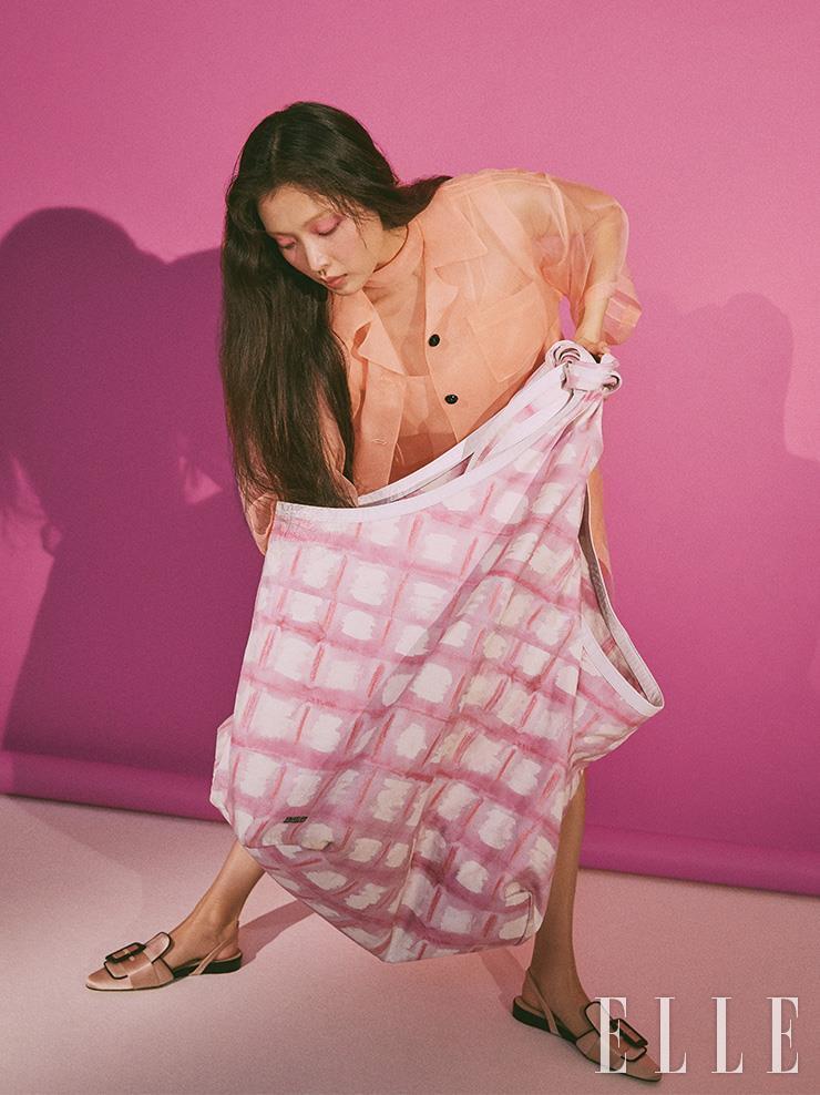 시스루 재킷은 2백70만원, 블라우스는 2백10만원, 슬릿 스커트는 1백75만원, 모두 Gucci. 거대한 크기의 가방은 가격 미정, Jacquemus. 슬링백은 가격 미정, Ports 1961.