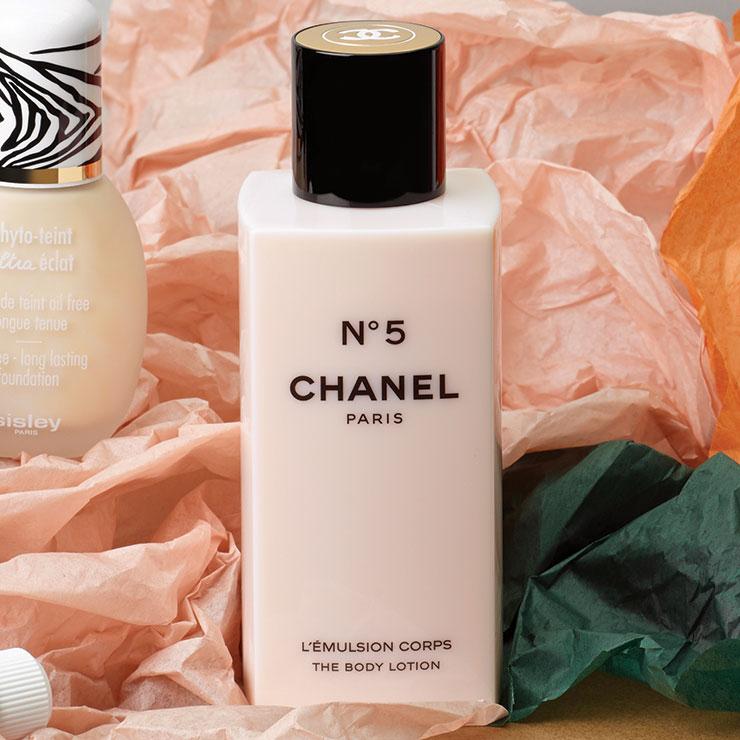 피부를 촉촉하게 감싸는 섬세한 파우더리 향의 N°5 보디로션, 8만원, Chanel.