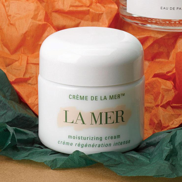 해초 발효 원액 미라클 브로스TM 성분이 손상된 피부를 개선해 준다. 크렘 드 라 메르, 21만8천원대, La Mer.