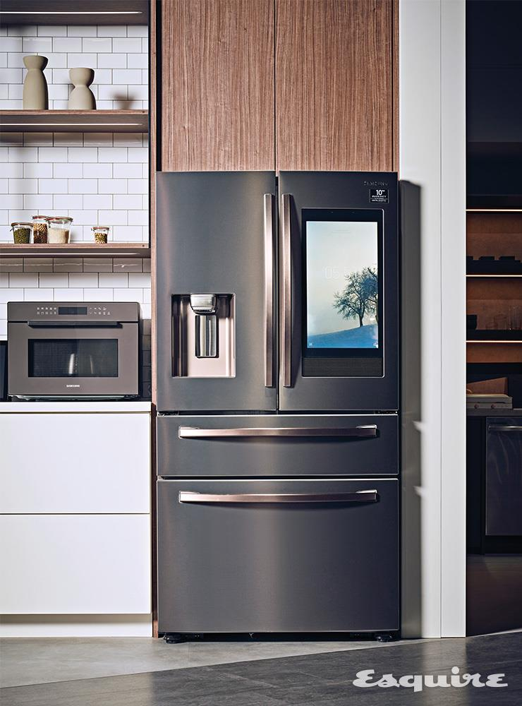 삼성전자의 기술력과 미감을 단적으로 보여주는 투스칸 스테인리스스틸 컬러의 패밀리허브 냉장고.