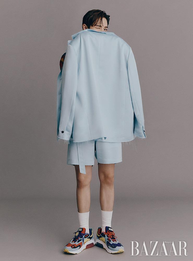 셔츠는 Sewing Boundaries. 수트는 Maxxij. 스니커즈는 Nike.