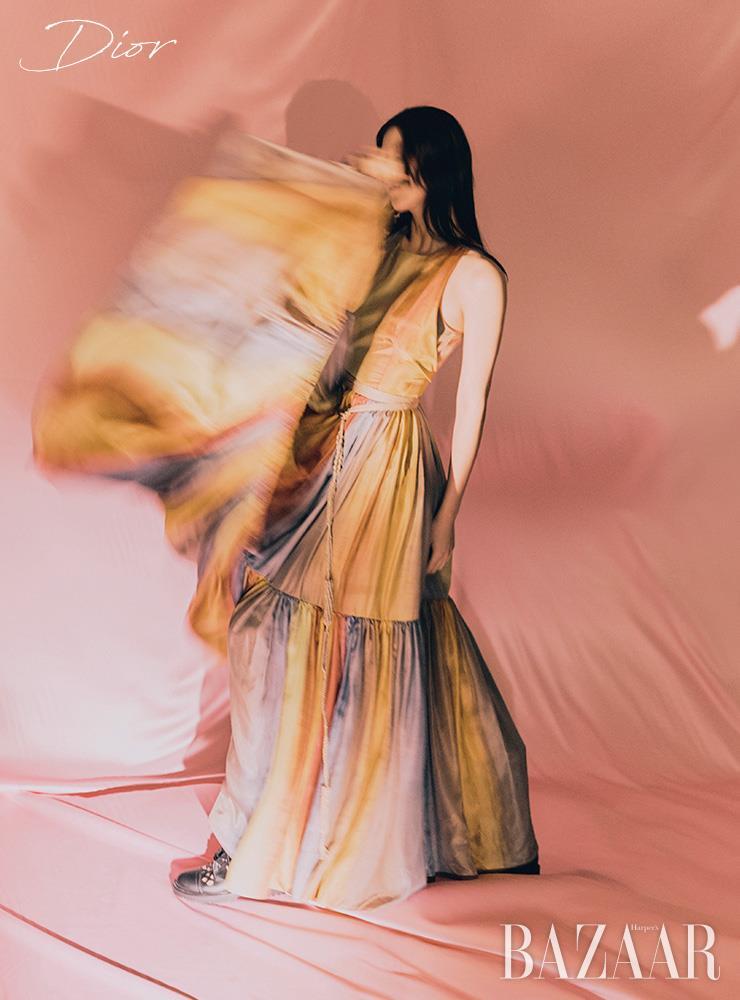 드레스, 브라 톱, 라피아 소재 벨트, 부츠는 모두 Dior. 에디터/ 이진선 사진/ 김선혜 모델/ 정청솔 헤어/ 안미연 메이크업/ 공혜련 어시스턴트/ 임지아