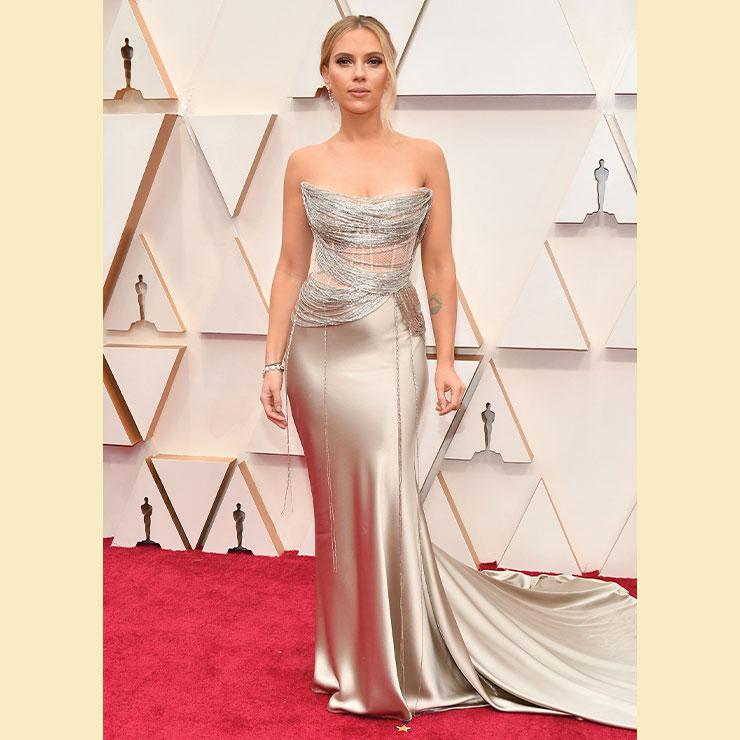 스칼렛 요한슨은 실로 엮어 만든 듯 독특한 디테일의 오스카 드 라 렌타 드레스로 글래머러스한 매력을 품격 있게 보여줬다.