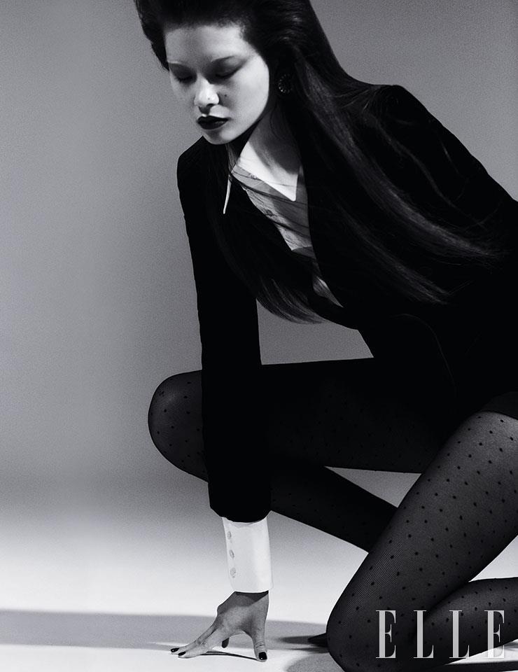 벨벳 재킷과 화이트 셔츠, 쇼츠는 가격 미정, 모두 Saint Laurent by Anthony Vaccarello. 라운드 이어링은 가격 미정, Miu Miu. 스트랩 펌프스 힐은 가격 미정, Givenchy.