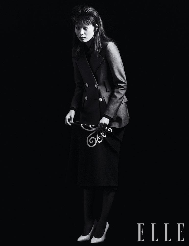 그레이 재킷과 블랙 셔츠, 자수 장식의 미디스커트는 가격 미정, 모두 Prada. F 모양의 이어링은 85만원, Fendi. 화이트 스틸레토 힐은 83만원, Salvatore Ferragamo.