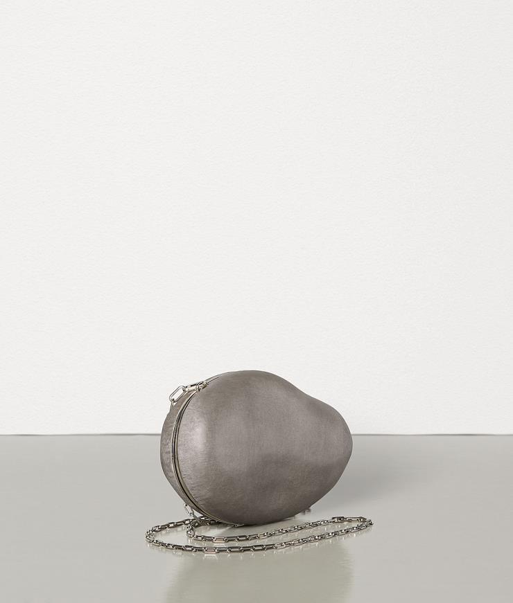 돌의 내부를 깎아 제작한 클러치 백은 5백14만원, Bottega Veneta.